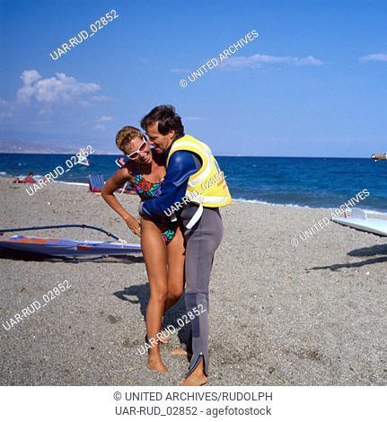 Am Strand von Roquetas de Mar, Andalusien, Spanien 1980er Jahre. At the beach of Roquetas de Mar, Andalusia, Spain 1980s