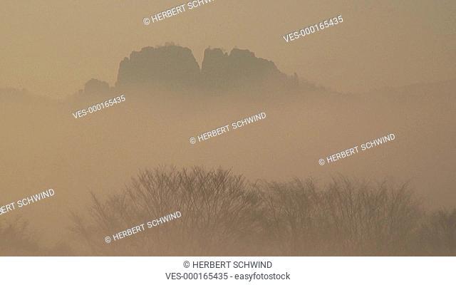 Die Schrammsteinkette im Nebel