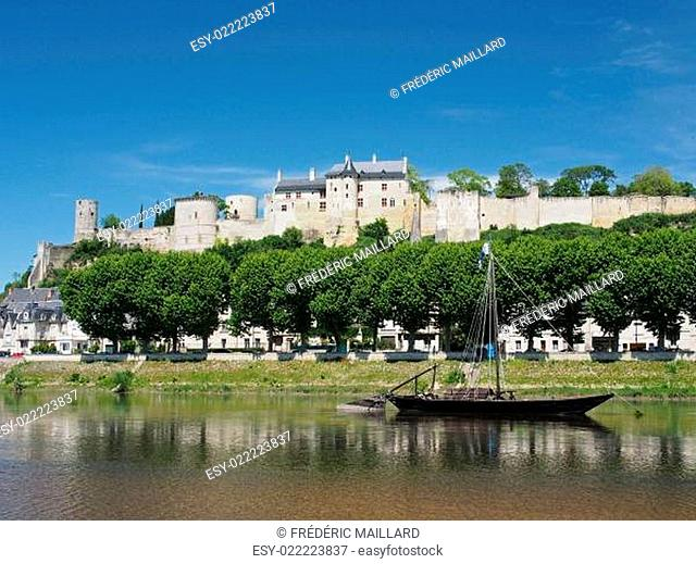 Gabare in front of the city and medieval fortress of Chinon, Fra