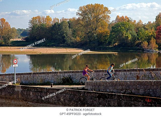 WALKING AND CYCLING ALONG THE LOIRE, THE TOWPATH, THE 'LOIRE A VELO' CYCLING ITINERARY, ORLEANS, LOIRET 45, FRANCE
