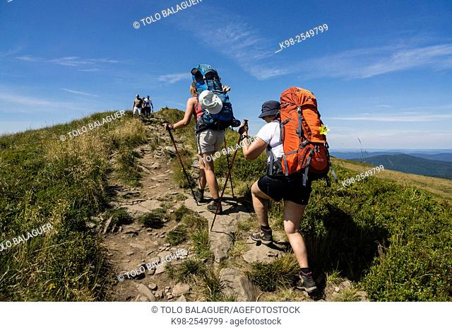 senderistas en la cresta de polonina Carynska, Parque nacional Bieszczady,Reserva de la UNESCO llamada Reserva de la biosfera Carpática oriental