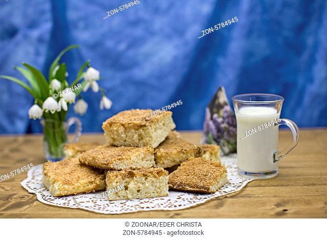 Buttermilchkuchen mit Glas voller Buttermilch