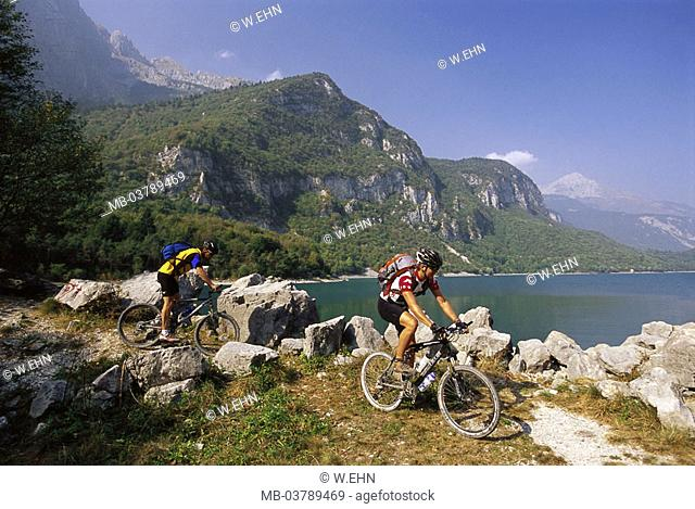 Italy, South Tyrol, Molvenosee, shores, Mountainbiker  highland, Lago of di Molveno, shores, men, athletes, cyclists, bicycling, sport, cycling, Radtour