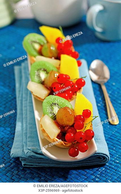 Tartlets with chocolate and fruits