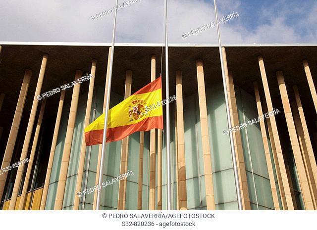 Bandera a media asta en Pabello'n de Espan~a; Exposicio'n internacional sobre Agua y Desarrollo sostenible; Expo Zaragoza 2008; Zaragoza; Arago'n; Espan~a