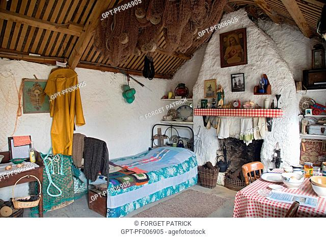 INTERIOR OF A TRADITIONAL FISHERMAN'S HOUSE WITH ITS THATCHED ROOF, GLENCOLMCILLE FOLK VILLAGE ECO-MUSEUM, GLEANN CHOLM CILLE, COUNTY DONEGAL, IRELAND