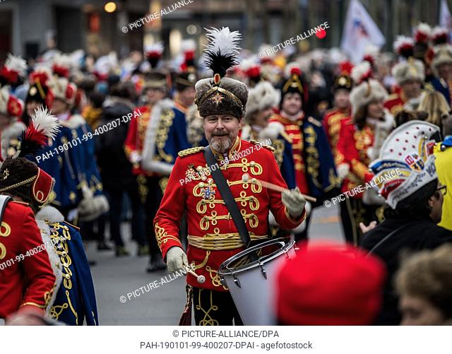 01 January 2019, Rhineland-Palatinate, Mainz: A guardsman drums in the New Year. With the New Year's procession through the cathedral city, around 1
