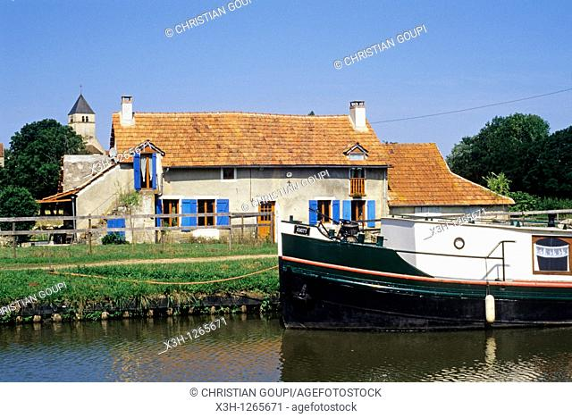 river tourism on the Canal of Nivernais, Nievre department, region of Burgundy, center of France, Europe