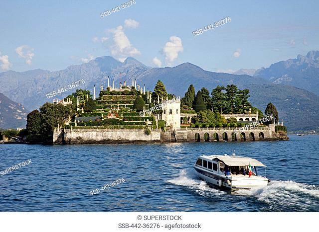 Tourboat moving towards on an island, Isola Bella, Stresa, Lake Maggiore, Piedmont, Italy