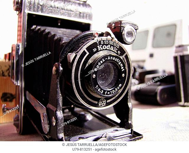 Antigua cámara fotográfica en un rastrillo de Mojacar. Almería. Andalucía. España. Europa