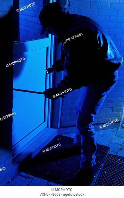 Ein Mann bricht in ein Haus ein auf, 2005 - Hamburg, Germany, 22/11/2005