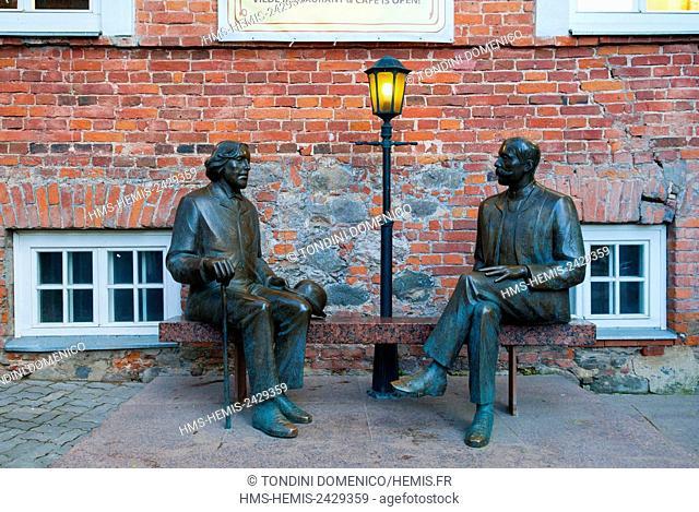 Estonia (Baltic States), Tartu region, Tartu, Statue of Oscar Wilde and Eduard Vilde, Cafe Wilde