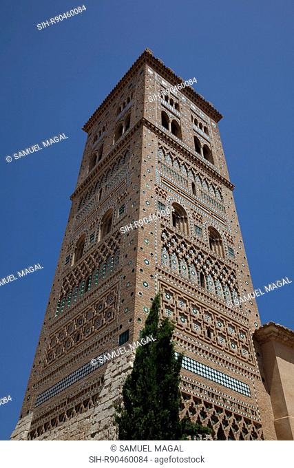 San Martin tower was built in the beginning of the 14th century. It is made of two concentric towers. The outside tower is decorated in Mudejar style