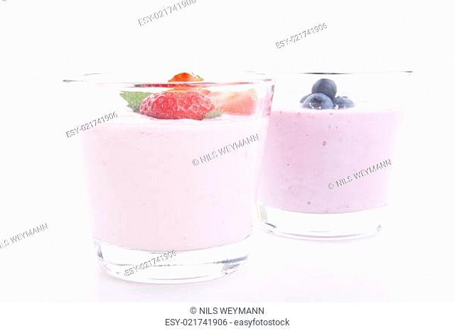 frischer leckerer Joghurt mit erdbeeren und bromneeren isoliert