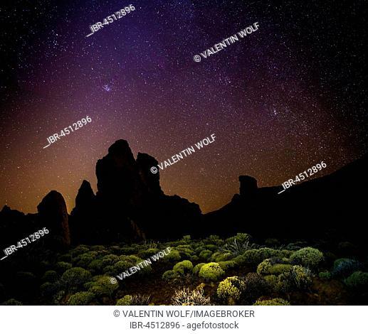 Roque Cinchado and Teide vulcano with starry sky, night shot, Los Roques de Garcia, Pico del Teide vulcano, Zapato de Reina, Las Cañadas