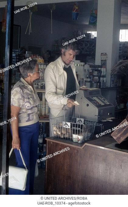 Der niederländische Showmaster Rudi Carrell im Supermarkt im Urlaub, Deutschland 1970er Jahre. Dutch entertainer Rudi Carrell on vacation, Germany 1970s