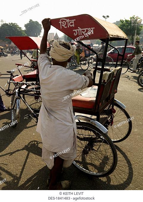 Man preparing rickshaw, Jaipur, India