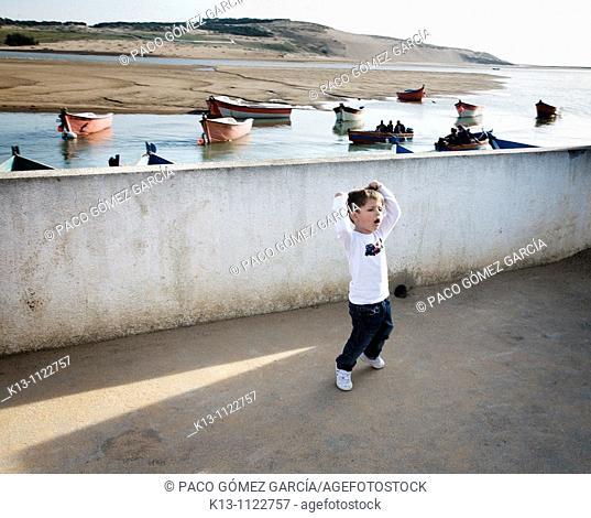 Niña europeo jugando al futbol  Marruecos