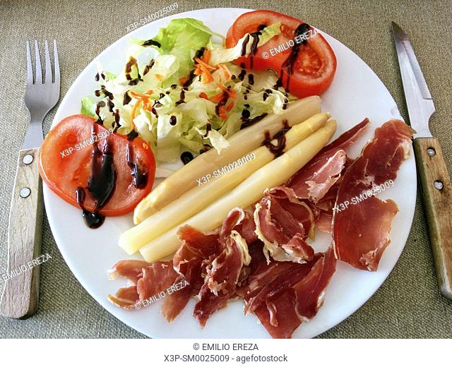 Asparagus with salad and ham