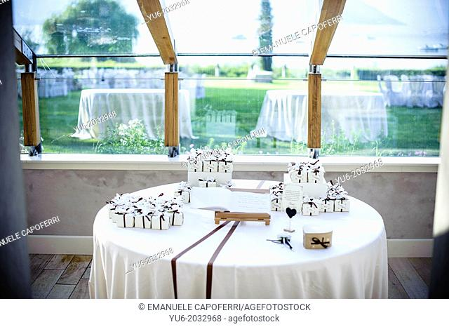 Confettata, table of the bride and groom with confetti and gifts for the guests