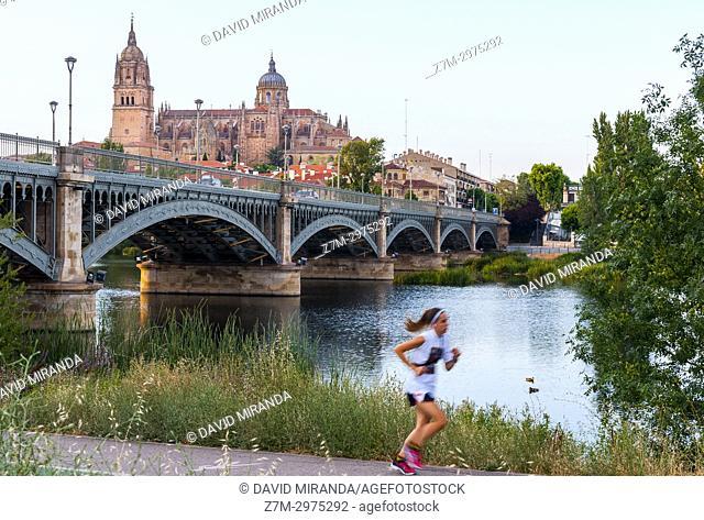 Puente Nuevo o Puente de Enrique Estevan y Catedral de Salamanca. Ciudad Patrimonio de la Humanidad. Castilla León. España