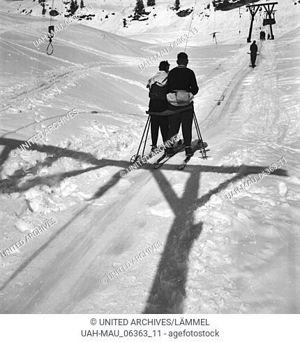 Bequemer ist es mit dem Skilift bei Zürs im Vorarlberg, Deutsches Reich 1930er Jahre. A ski lift is so comfortable near Zuers in the Arlberg region