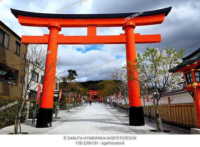 Torii gates leading to main entrance of Fushimi Inari-taisha Shrine, head shrine of Inari located in Fushimi-ku, detail, Kyoto, Kansai Region, Japan