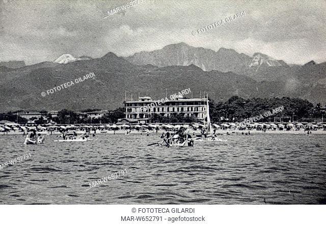 MARE Veduta dal mare della spiaggia di Forte dei Marmi incorniciata dai monti. Cartolina postale fotocollografica, Italia anni 1940 - 1950