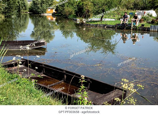 FLAT-BOTTOMED BOAT AND FISHERS IN THE LOW MARSHES, CITY OF BOURGES, (18) CHER, CENTRE, FRANCE