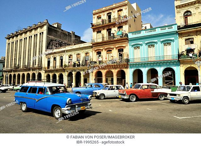 Vintage car in front of buildings with colourful facades, Habana Vieja, Old Havana, Havana, Cuba, Caribbean