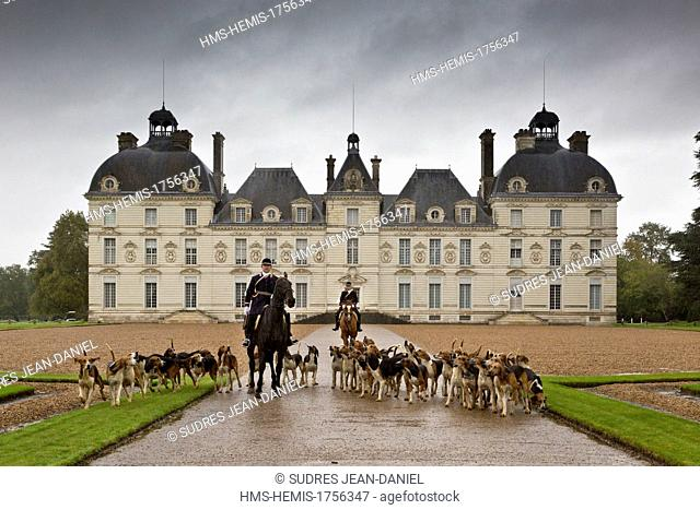 France, Loir et Cher, Sologne, Cheverny, Chateau de Cheverny, classic architecture, hunting with hounds, huntsmen, hounds and horses whippers who manage the...
