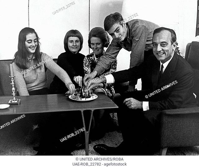 Die deutsche Wirtschaftsjournalistin Julia Dingwort Nusseck privat mit Familie, Deutschland 1970er Jahre. German finance journalist Julia Dingwort Nusseck in...