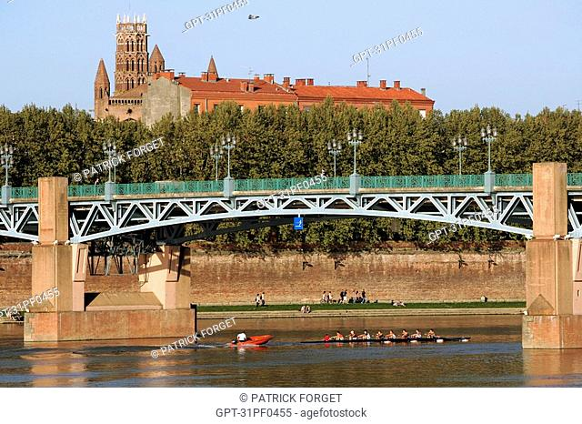 BOAT AND OARSMEN ON THE GARONNE, JACOBINS CONVENT AND SAINT PETER'S BRIDGE, CITY OF TOULOUSE, HAUTE-GARONNE 31, FRANCE