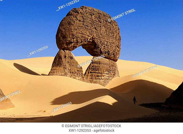natural bridge, arch, sandstone rock formation at Tin Akachaker, Tassili du Hoggar, Wilaya Tamanrasset, Algeria, Sahara, Africa