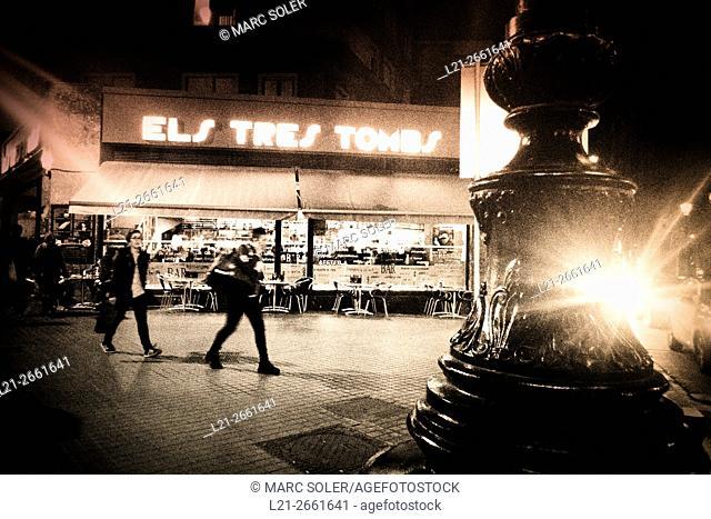 Popular bar Els Tres Tombs, street at night. Barcelona, Catalonia, Spain