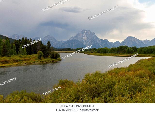 Dunkle Wolken über dem Oxbow Bend mit Snake River und Mount Moran im Grand Teton Nationalpark. Dark clouds over the Oxbow Bend with Snake River and Mount Moran...