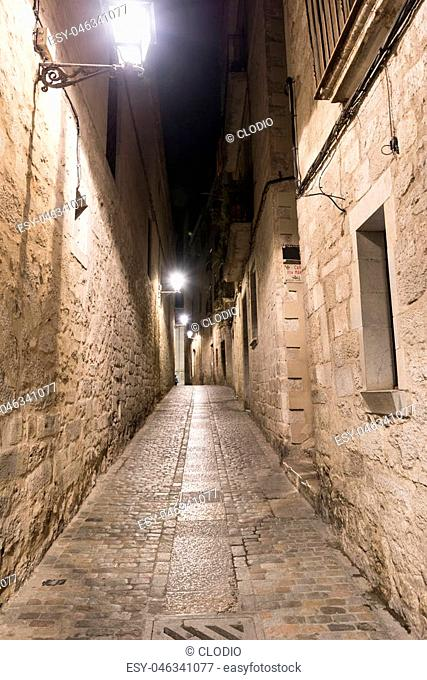 Girona (Gerona, Catalunya, Spain): old typical street by night