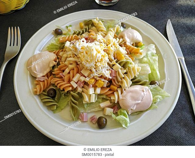 Spirals with salad and sauce