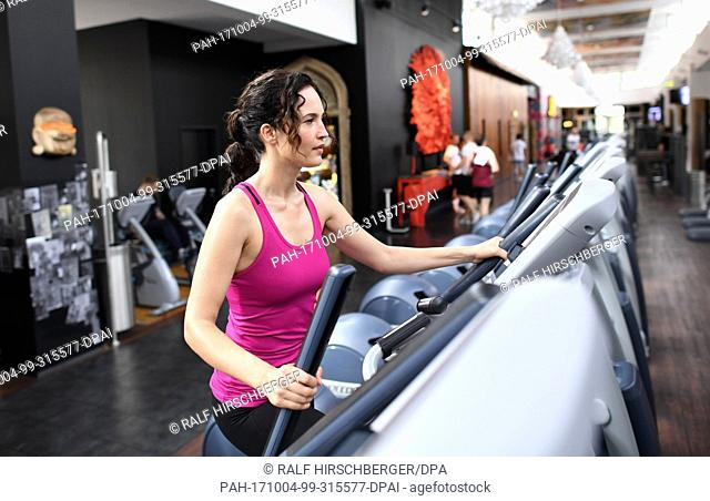 Sports model Liza Grundig, photographed at a McFit fitness studio in Berlin, Germany, 30 May 2017. Photo: Ralf Hirschberger/dpa-Zentralbild/dpa