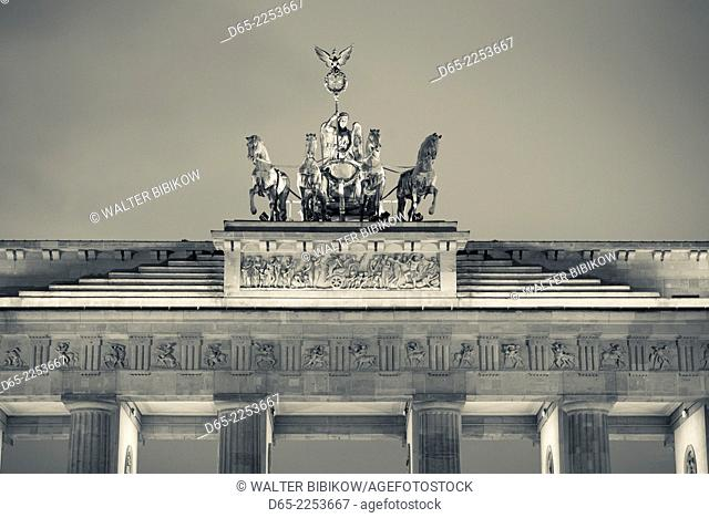 Germany, Berlin, Mitte, Brandenburger Tor, Brandenburg Gate, detail of Quadriga statue, dusk