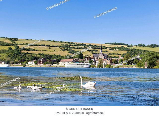 France, Eure, Les Andelys, Petit Andely on the banks of the Seine river and Saint Sauveur church