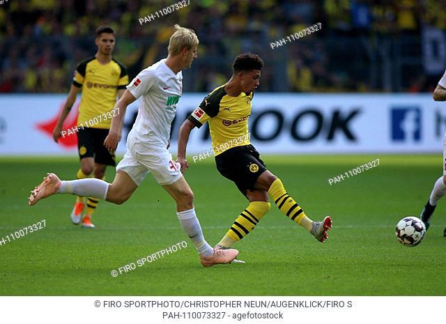 firo: 06.10.2018, football, 1.Bundesliga, season 2018/2019, BVB, Borussia Dortmund - FC Augsburg, single action, duels, Jadon SANCHO, BVB Borussia Dortmund