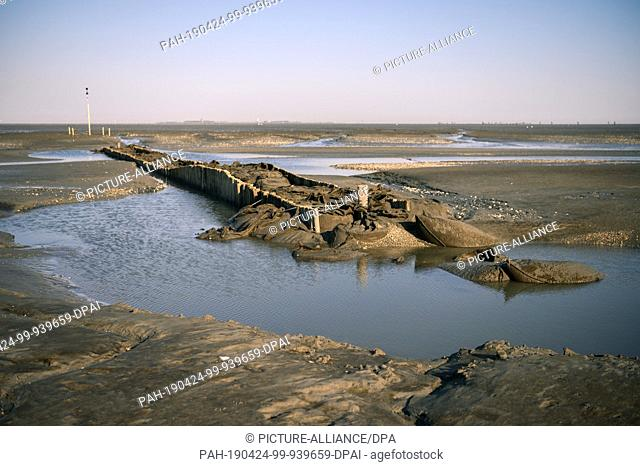"""20 April 2019, Lower Saxony, Cuxhaven: A view of the Priel """"""""Duhner Loch"""""""" in the Wadden Sea between Cuxhaven and the island of Neuwerk"""
