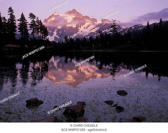 USA, Washington State, Mount Baker Recreation Area, Mount Shuksan at dusk