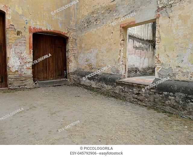 Restos de una puerta y ventana