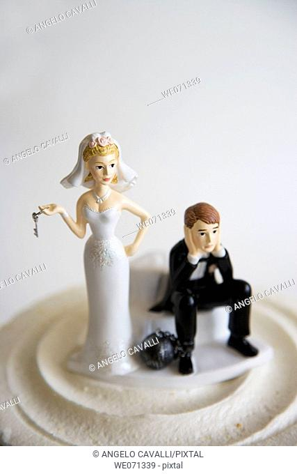 Wedding figurines on cake