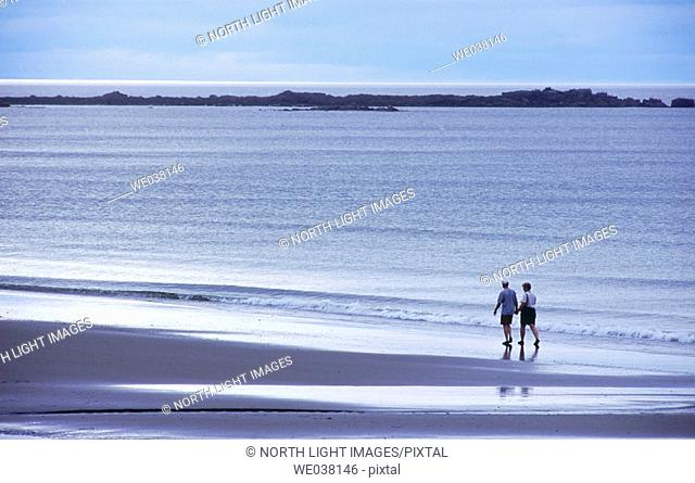 Canada, British Columbia, Queen Charlotte Islands. Couple on the Agate beach. Naikoon provincial park