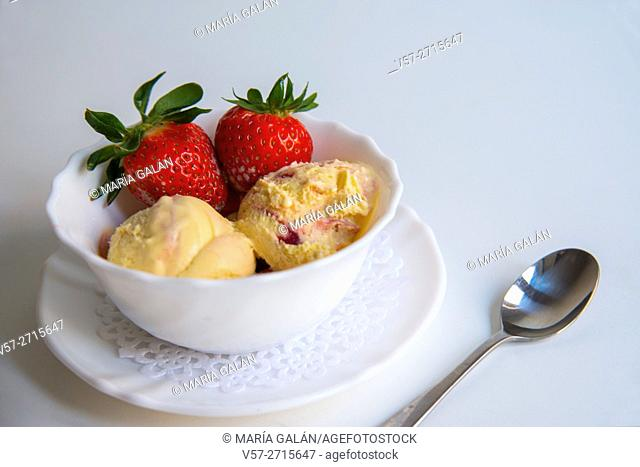 Mango ice cream with strawberries
