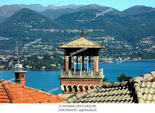 Sicht ueber die Daecher von Stresa und den Lago Maggiore im norden des Piemont im norden von Italien. Urs Flueeler
