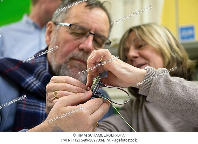 """Participants in a workshop by the """"""""Frankendust - Good air for Franconia"""""""" project for do-it-yourself construction of particulate matter detectors mounting a..."""